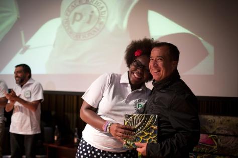 Reinaldo recibe el premio de Nanette